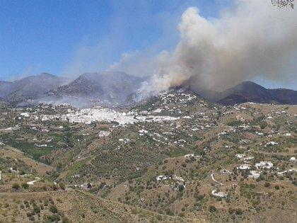 El incendio de Cómpeta afecta a 220 hectáreas de matorral y pinar y a 20 de terreno urbano
