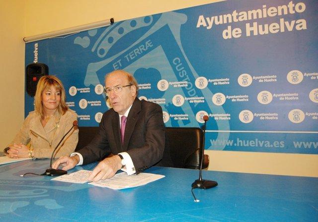 El alcalde de Huelva, Pedro Rodríguez, junto a la concejala Pilar Miranda.