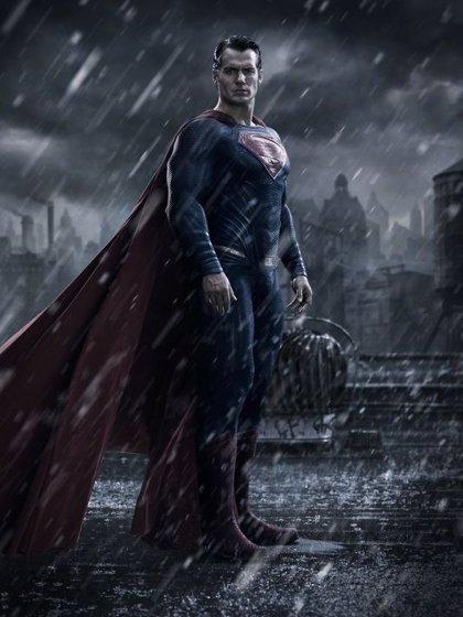Henry Cavill luce traje en la primera imagen oficial de Superman