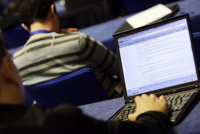 Hombre utilizando ordenador portátil