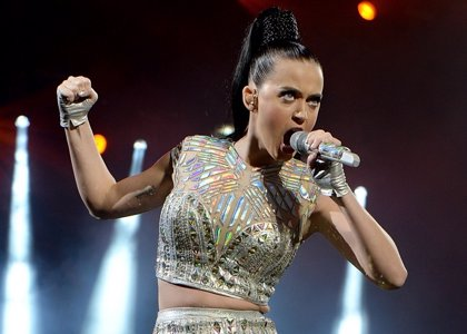 ¡Vaya susto! Katy Perry se cae del escenario en pleno concierto en Florida