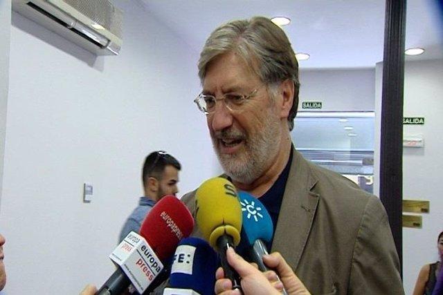 El candidato socialista, José Antonio Pérez Tapias, atendiendo a los medios.