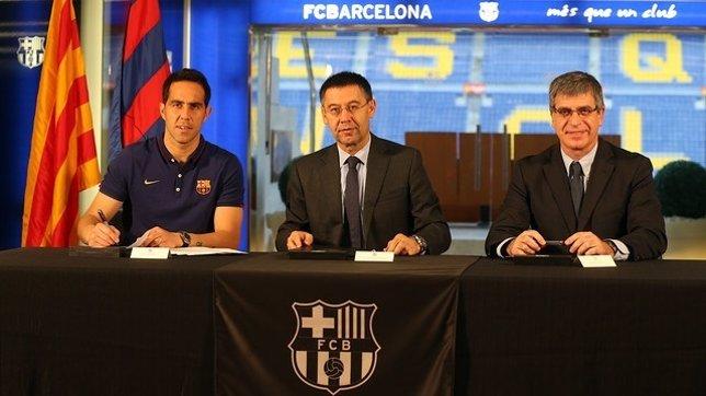 Claudio Bravo firma su contrato con el FC Barcelona