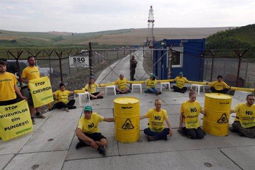 Activistas de Greenpeace protestan en instalaciones de Chevron en Rumanía