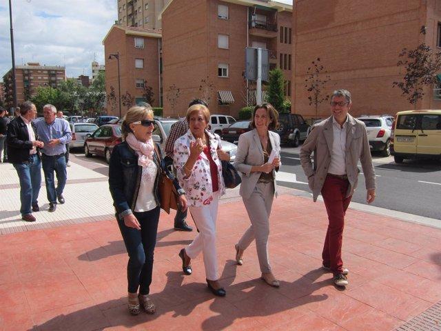 La alcaldesa Cuca Gamarra visita junto a algunos vecinos Marqués de la Ensenada