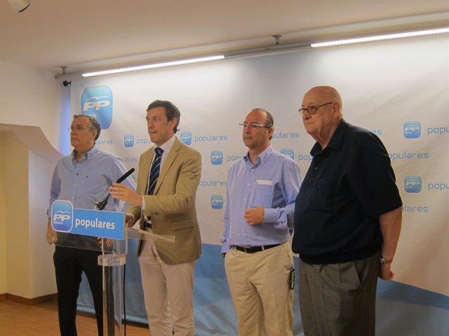 En el centro, el diputado Rafael Hernando y el senador Luis Rogelio Rodríguez