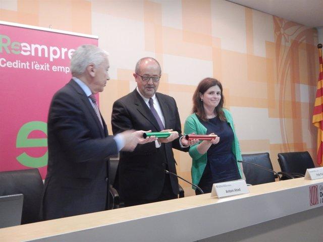 Firma del convenio entre A.Abad, F. Puig y Núria Betriu