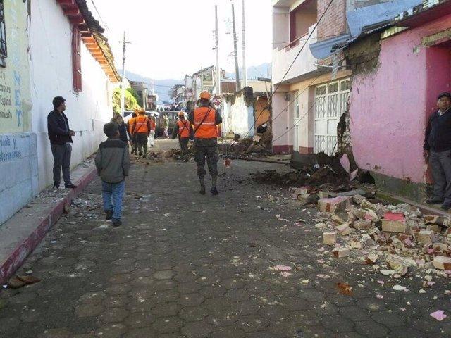 Soldados inspeccionan daños tras terremoto en San Marcos (Guatemala)