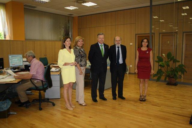 Primo Jurado (centro) en la visita a la Oficina de Extranjería