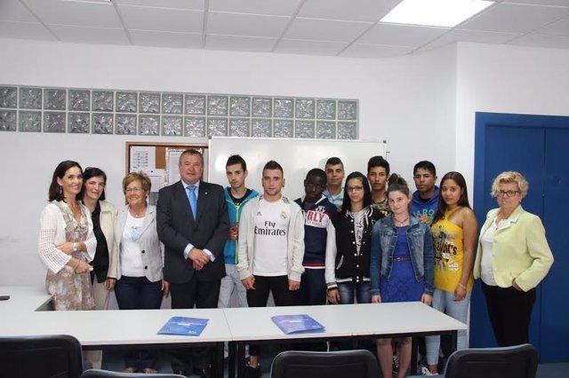 El alcalde entrega los certificados a los 10 alumnos