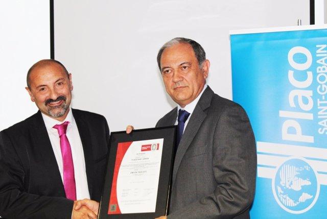 Imagen de la entrega de la Declaración Ambiental de Producto (DAP)
