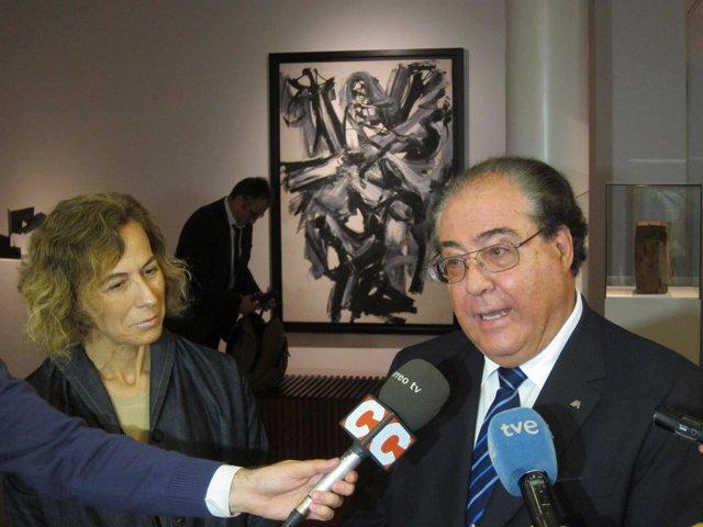 La responsable de la colección de Abanca y el de RSC, Miguel Ángel Escotet