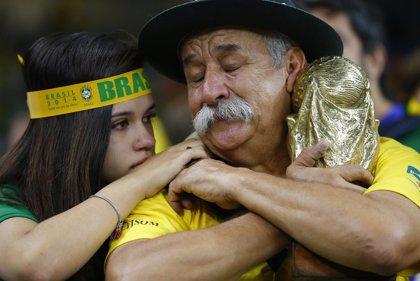 """Brasileños lloran una humillante eliminación de """"su"""" Copa"""
