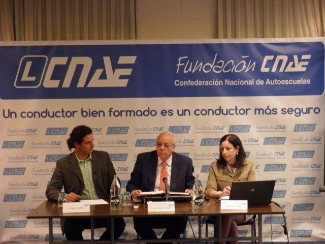 El presidente de CNAE, José Manuel Baez, con los responsables del estudio