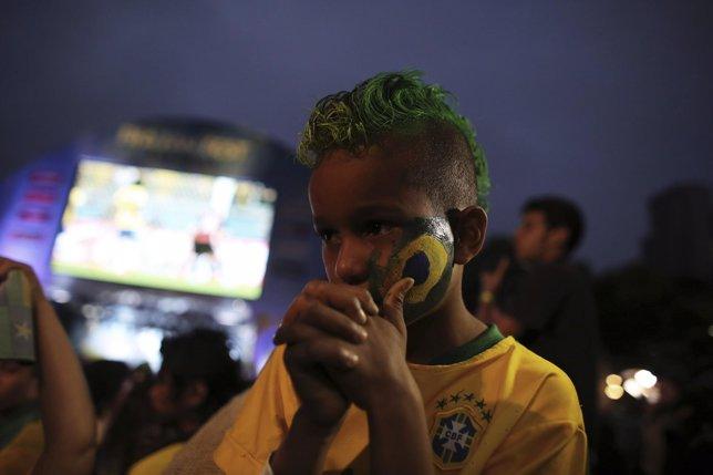Un niño llora durante la semifinal del Mundial donde Alemania ganó 7 a 1 Brasil
