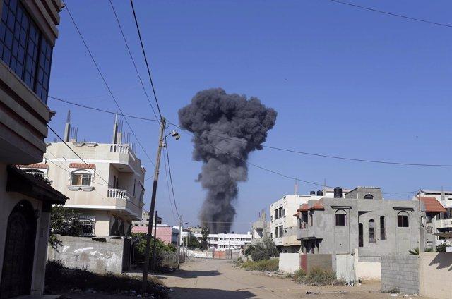 Columna de humo en los bombardeos de Gaza