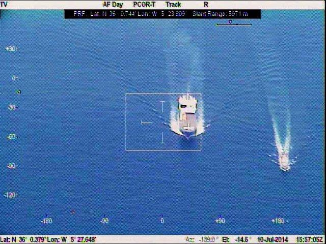 El patrullero 'Vencedora', escoltando al buque danés 'Ark Futura'