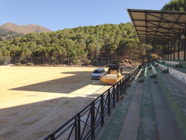 Campo de fútbol de Monda al que Diputación le está poniendo césped artificial