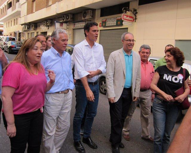 Pedro Sánchez (centro) junto dirigentes del PSOE cordobés
