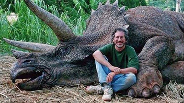 Spielberg posando con un dinosaurio muerto
