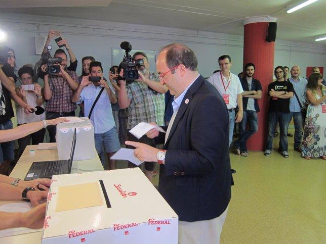 Miquel Iceta vota en las primeras del PSC