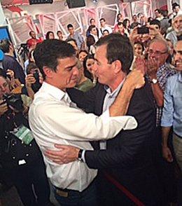 Pedro Sánchez y Tomás Gómez se abrazan en Ferraz
