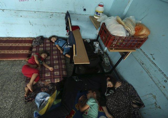 Niños palestinos refugiados en una escuela de la UNRWA en Beit Lahiya