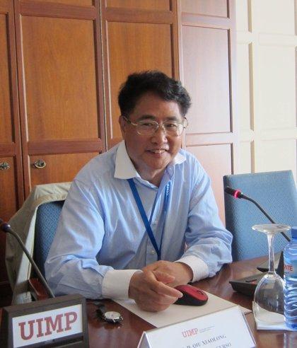 """Qiu Xiaolong: """"Me siento responsable de escribir de forma objetiva sobre lo que sucede en China"""""""