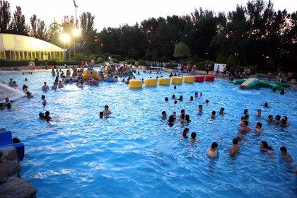 Ducharse antes de nadar, usar gorro de baño y no orinar en las piscinas previene los efectos nocivos del cloro
