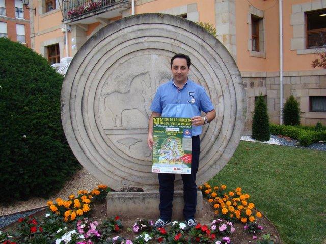 El concejal de Deportes con el cartel del Día de la Bicicleta