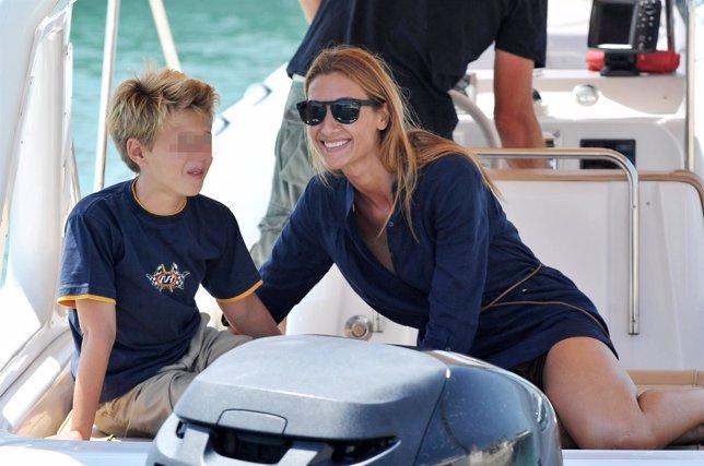 Monica Pont con su hijo en Ibiza