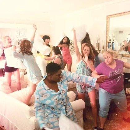 Batalla de almohadas en las nuevas imágenes de 'Dando la nota 2'