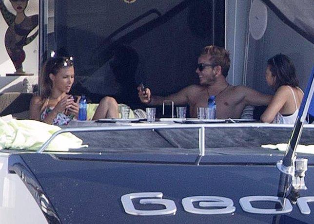 Mario Gotze y su novia en Ibiza remolcados