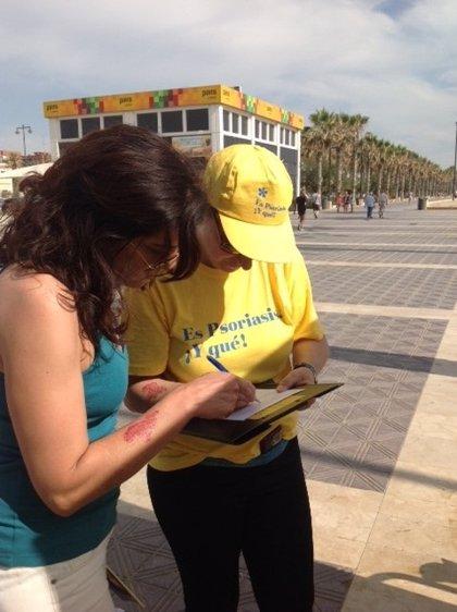 Voluntarios y pacientes informan sobre la psoriasis en la playa de La Malvarrosa sobre