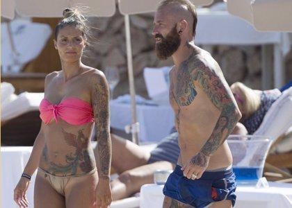 Raul Meireles y su mujer Ivone Viana, pasean sus cuerpos tatuados por Ibiza