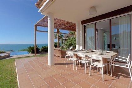 Los turistas españoles gastarán un 33% menos en alojamiento en agosto