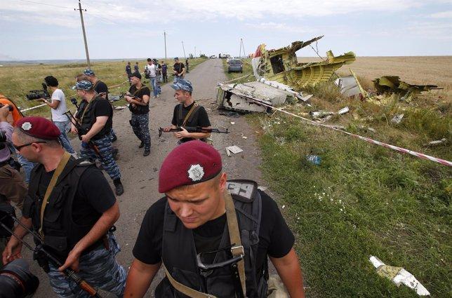 Soldados prorrusos vigilan la escena del accidente