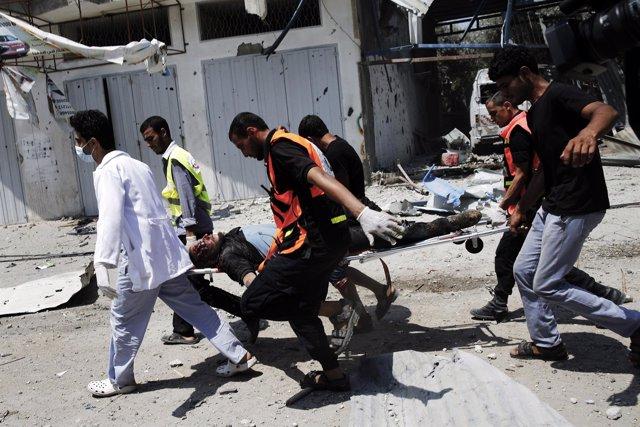 Traslado de uno de los muertos por el ataque israelí en Shajaia (Gaza)