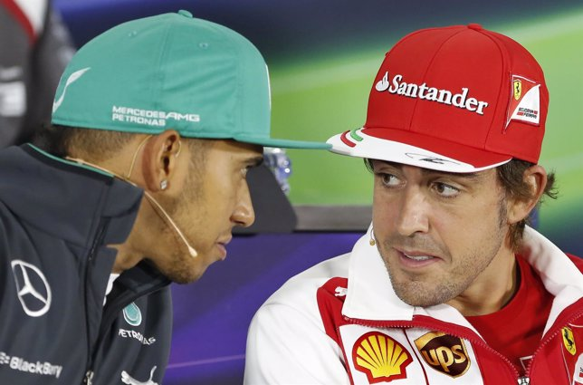 Fernando Alonso dialoga con Lewis Hamilton