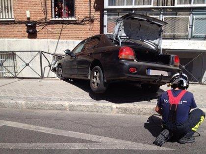 Un coche se empotra contra un bloque de pisos en Vicálvaro