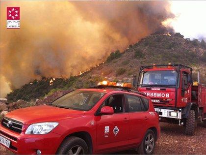 Medios aéreos y terrestres continúan trabajando en la extinción del incendio de La Vall d'Uixó (Castellón)