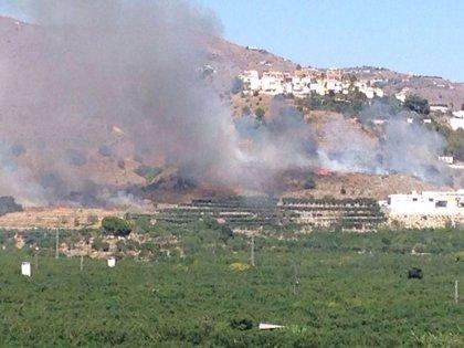 Barajan como posible causa del incendio en Almuñécar una chispa del corte de una radial