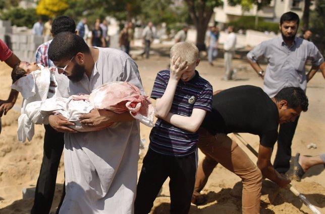 Palestinos entierran los cuerpos de dos niños muertos en el conflicto