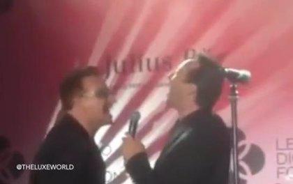 Bono y Julian Lennon cantan 'Stand by Me'
