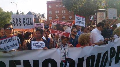"""AMP- Decenas de personas se concentran frente a la Embajada de Israel en Madrid al grito de """"asesinos"""" y """"Gaza libertad"""""""