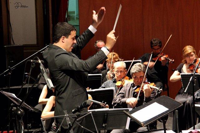 El director Óscar Senen durante el concierto