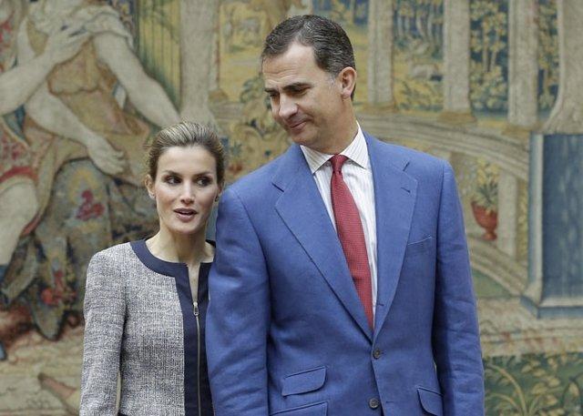 Felipe y Letizia, muy cómplices, en su primera recepción como Reyes