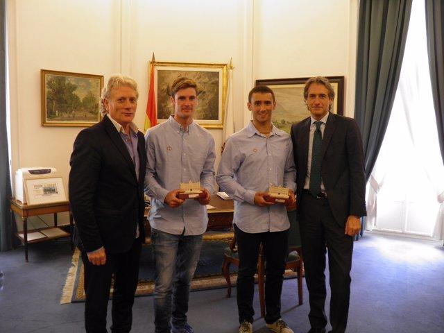 El alcalde con los campeones del mundo juveniles de vela