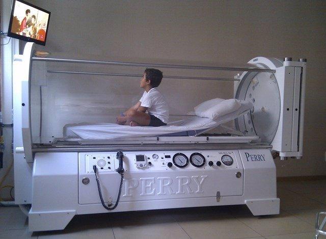 Niño en una cámara hiperbálica monoplaza