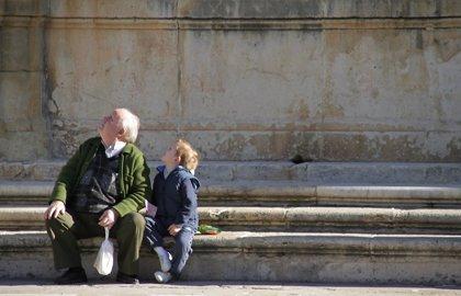 """El 68% de los abuelos son """"más permisivos y relajados"""" con sus nietos que lo fueron con sus hijos"""